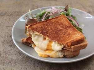 1階のカフェではオリジナルのサンドウイッチやカレーをご提供しております。