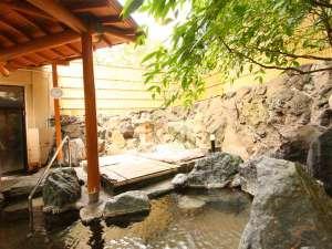 心地よい風を感じながら、本館・大浴場の露天風呂で湯三昧。 本館大浴場入口には飲泉処あり