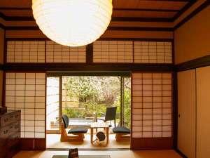 【しきね】ほっと心が落ち着く和の空間。静岡県産の調度品がさりげなく置かれています