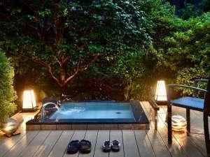 夕暮れ時の客室露天風呂