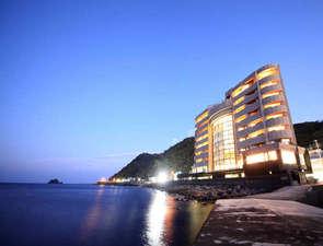 相模灘に面した絶好のロケーションに佇むホテルです。晴れた日は遠く房総半島まで望めます。