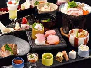ご夕食は伊豆の新鮮な食材と季節の旬な素材を織り交ぜた会席料理をご堪能頂けます。