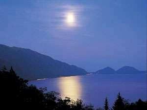 支笏湖の夜空に浮かぶ月を見ながら極上の一時をお楽しみください