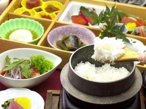 朝食:釜炊きのご飯と和食箱膳
