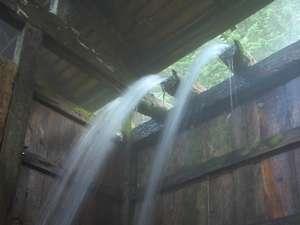 豪快に流れ落ちる西屋自慢の湯滝は、全国屈指の湯量です。