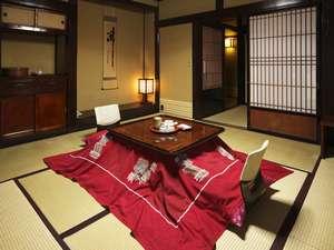 暖かいこたつのあるノスタルジックな客室(本館純和室冬一例)。