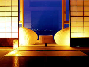【特別フロア「里楽」和室】大きな一枚ガラスから紀淡海峡を一望。インテリアにもこだわる客室(和室一例)