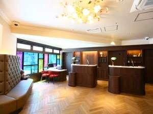 大きな窓や高い天井、アンティークな雰囲気のある空間。