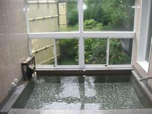 季節の花に囲まれた中庭を望む女湯。日頃の疲れをごゆっくりお流し下さい。