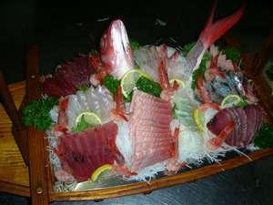 鮮度抜群!豪快舟盛!!(写真は三人前)季節ごとに旬の魚をご提供いたします。