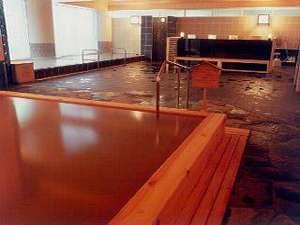 【本館2階温泉大浴場】木の温もりを感じられる和風大浴場。天然温泉かけ流しです。