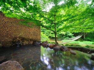 川の湯・岩露天風呂(昼) ※豊沢川と木々に囲まれて、森林浴をしながら温泉をご満喫いただけます,