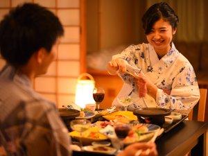 プランにより、お部屋食をお選びいただける和膳スタイルは、旬の食材を活かしたお膳形式のお料理です