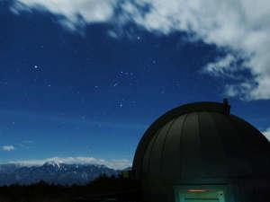屋上天体ドームと山・星の風景