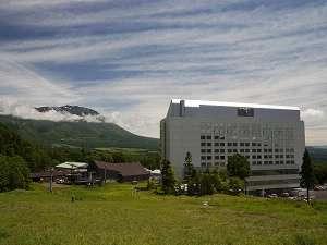 【ホテル外観(夏)】ホテルと岩手山