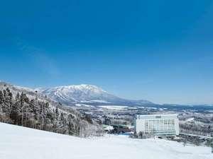 【ホテル外観(冬)】雫石スキー場とホテルと岩手山