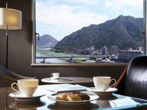 【プレミアムラウンジ】コーヒー・紅茶・クッキーなどセルフサービスでお楽しみいただけます
