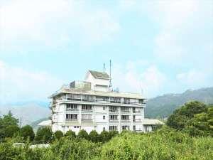 奥津温泉ホテル 米屋倶楽部奥津の外観。高台に上にあります