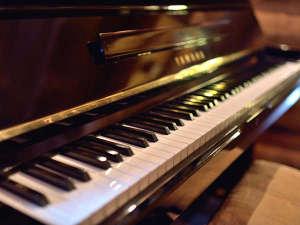 ログダイニングのピアノ。どうぞお弾きください♪