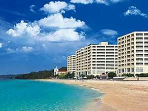 目の前には全国快水浴場百選の『特選』にも選ばれた美しいビーチ!