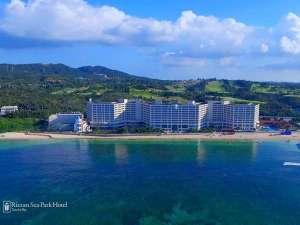目の前に広がる800mも続く天然のビーチがホテルの自慢