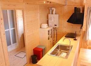 電子レンジ、オーブントースター、湯沸かしポット、炊飯器、クッキングヒーターなどを備えたキッチン。
