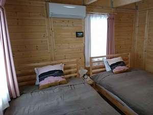 一階のベッドルームにはセミダブルベッドを2台ご用意してあります。もちろん冷暖房も完備。