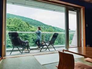 【バルコニー付き和洋室】広々としたバルコニーにはガーデンチェアを設置。景色と高原の風を満喫できます。
