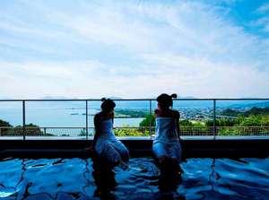 """【露天風呂】pHが高く、柔らかいお湯が特徴の温泉。""""美人の湯""""としても親しまれ続けている。"""