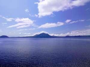 神秘の湖、支笏湖。ゆったりと流れる時間をお楽しみください。
