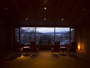 冬の湖を一望するゲストサロン。読書をしたり、おしゃべりを楽しんだり、思い思いにお過ごしください。