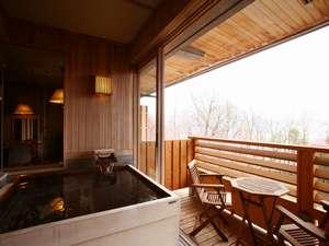 展望露天風呂付和洋室(72平米)。湯上がりはバルコニーから四季折々の景観をお楽しみください。