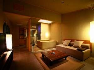 スパリビング付ラグジュアリーツインルーム(54平米)。リビングにお風呂を設置したお部屋です。