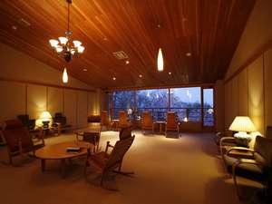 ゆったりとした時間が流れる2階ゲストサロン。支笏湖を眺め、思い思いにお寛ぎください。