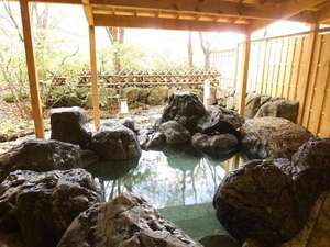大浴場の野趣あふれる岩露天風呂。四季折々の自然とともにお愉しみください