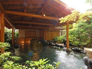 庭園露天風呂「たまゆらの湯」開放感のある露天風呂。季節の風を感じながら入浴を♪