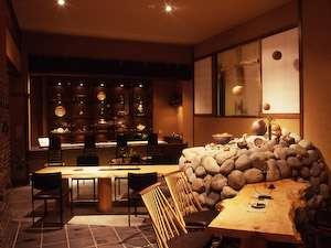 プロフェッショナル仕事の流儀に出演した挟土秀平さんの土壁や、カッシーナの椅子が並ぶ