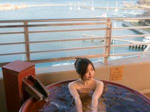 地元信楽の陶器でできた露天風呂から琵琶湖の眺望も良好♪