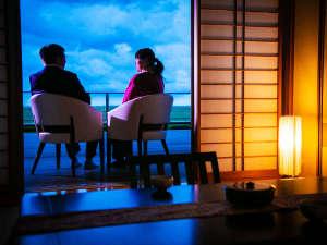 【客室イメージ】 太平洋を一望できるテラス。雄大な佳景を、ふたりで眺める静かなひととき――。