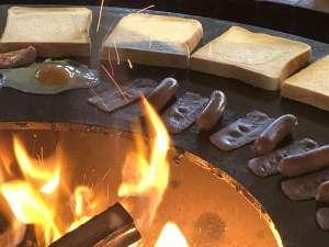 雨の日も安心のレストラン内のドーナツ盤型バーベキュー台