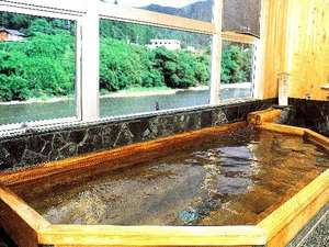 日高川のせせらぎと川岸の緑が心安らぐ温泉はトロミのある自慢の美人湯★
