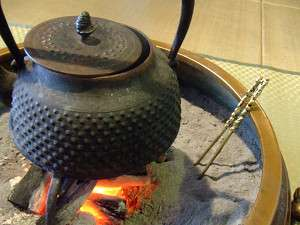 ロビーの火鉢で一服どうぞ。