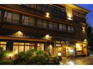 会津に溶け込む趣のある景観。館内は畳敷きの回廊。素足で気持ち良くお過ごしくださいませ。