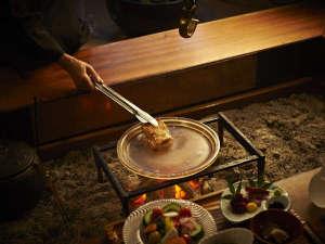 【会津地鶏の水晶版焼き】目の前で焼かれる地鶏は香りも味も人気