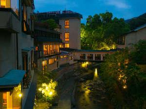 敷地内を流れる、清流「犬鳴川」に投影する明かりが夜は幻想的な雰囲気を醸し出します