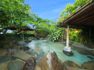 """季節ごとの【彩り】を眺め、静けさに包まれながら湯に浸かり""""贅沢""""な時間をすごす"""