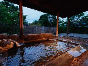 【蔵王連峰を眺める露天風呂】かけ流しの源泉と吹き抜ける風が肌に心地よい露天風呂。