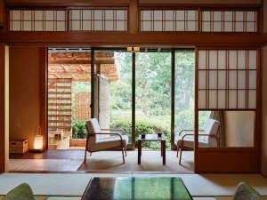 【露天風呂付き客室「華-HANA-」スイート】和室+和室ベッドのコネクティングルーム。源泉露天風呂付。
