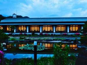 【三木屋 参蒼来】総平屋造りの珍しい湯宿。広々とした敷地には日本庭園が広がる。