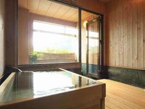 ヒノキの香りと光あふれる貸切展望露天【彦星の湯】。扉から外に出られます。